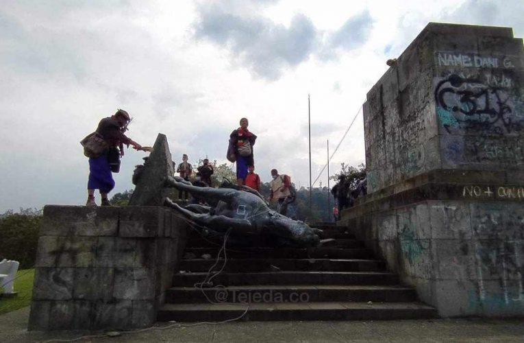 Indígenas derriban estatua de Belalcázar en El Morro
